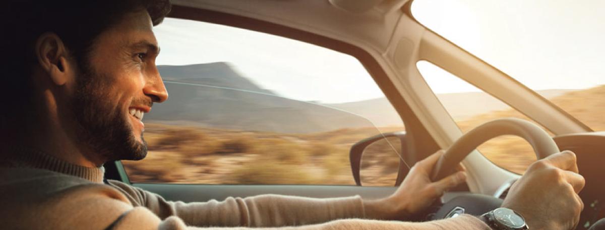 Condutor ao volante do Renault